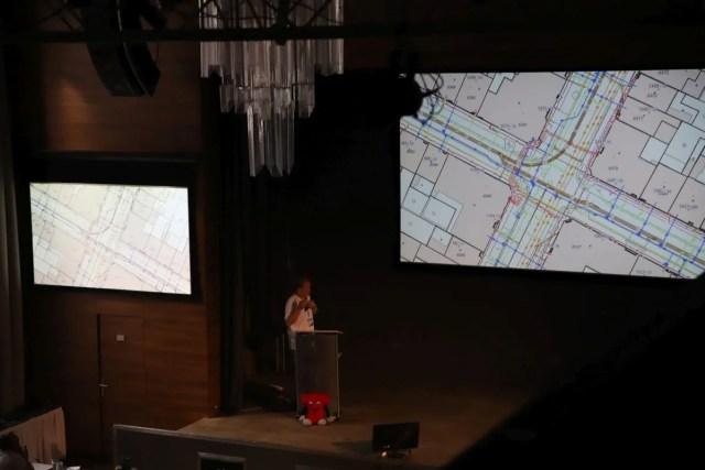 Jiří Bradáč přináší hovoří o stavu GIS v ČR, o situaci kolem vzniku Digitální technické mapy ČR, o GeoInfoStrategii.
