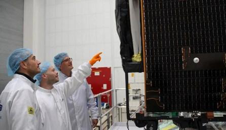 druzice-EDRS-C-pri-vibracnim-testu-v-IABG-Ottobrunn-foto-OHB-System