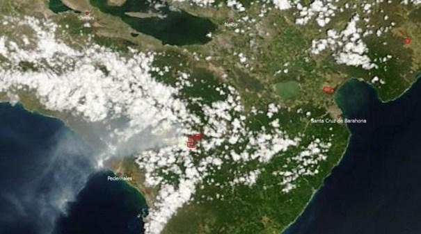2013 08 27 15.20 UTC incendio bahoruco 1024x570 Denuncian incendio forestal afecta zona protegida [RD]