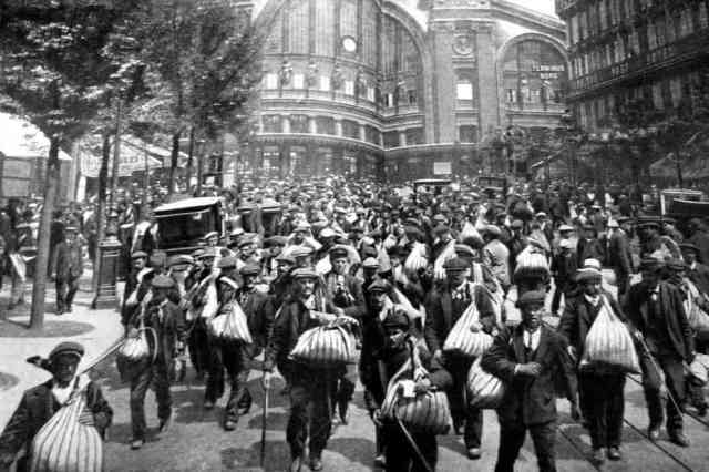 Refugiados belgas entrando en París en 1914