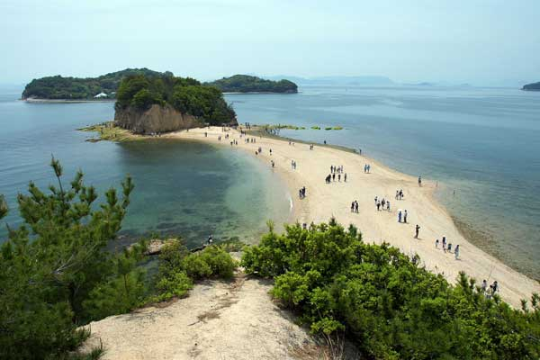 The Angel Road of Shōdo Island visible at low tide connects this island to the mainland of Japan. Photo: 663highland, Wikimedia.