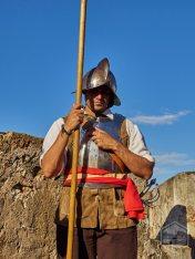 Recreador histórico Félix E. Rivera vestido con el uniforme de un soldado del siglo XVII.