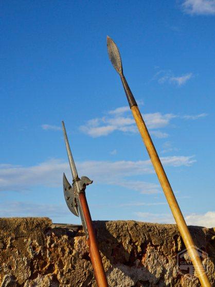 Armas típicas que usaba un soldado del siglo XVII: alabarda (izquierda) y pica (derecha).