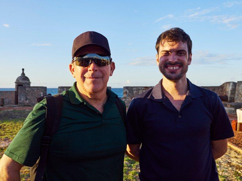 De izquierda a derecha: Andy Rivera del Puerto Rico Historic Building Drawings Society (PRHBDS) y Manuel Minero, voluntario de los Amigos del Fortín San Jerónimo.