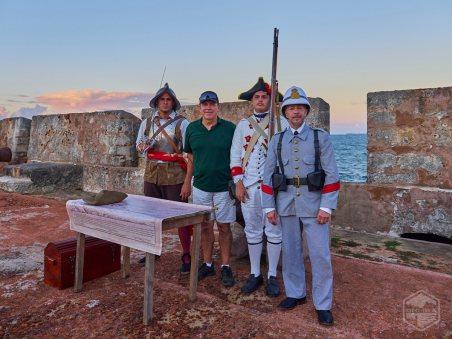 De izquierda a derecha: Félix E. Rivera (soldado siglo XVII), Andy Rivera del Puerto Rico Historic Building Drawings Society (PRHBDS), Félix Rivera Jr. (Milicia Disciplinada siglo XVIII) y Rafael Mayoral (soldado siglo XIX).