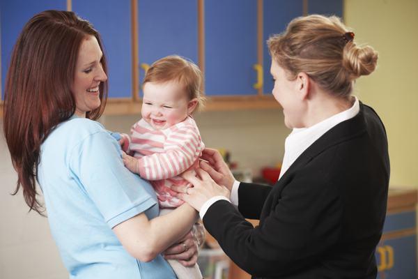 Ein Gehalts-Zuschuss für die Kinderbetreuung ist eine sinnvolle Alternative zur Lohnerhöhung. © SpeedKingz : Shutterstock