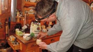 Christof hatte jede Menge Bier dabei: hier beim Zapfen von Paulaner Weißbier