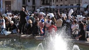 Eine Massen-Polsterschlacht auf der Plaza de la Virgen