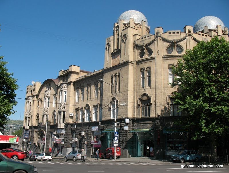 Угол здания и фасад со стороны спуска.