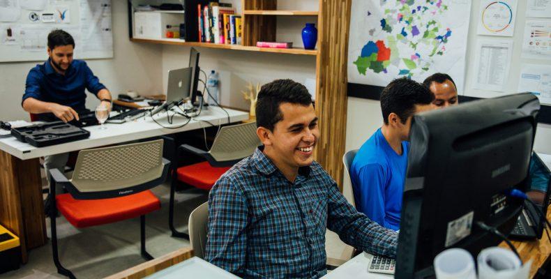 Imagem do escritório da GeoSensori com 4 funcionários trabalhando