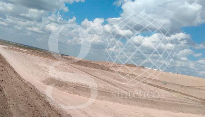 Aplicación de la primera capa de geotextil de 200gr en la obra de Relleno Sanitario en Nuevo Laredo, Tamaulipas.