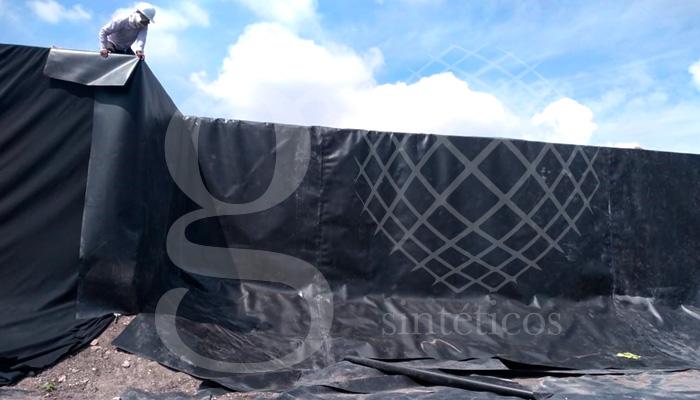 Lago artificial de Querétaro, etapa de recubrimiento de muros. Primera capa con #geotéxtil de 200 g. Posteriormente se recubre con polietileno con el propósito de que la membrana no se rasgue o dañe.