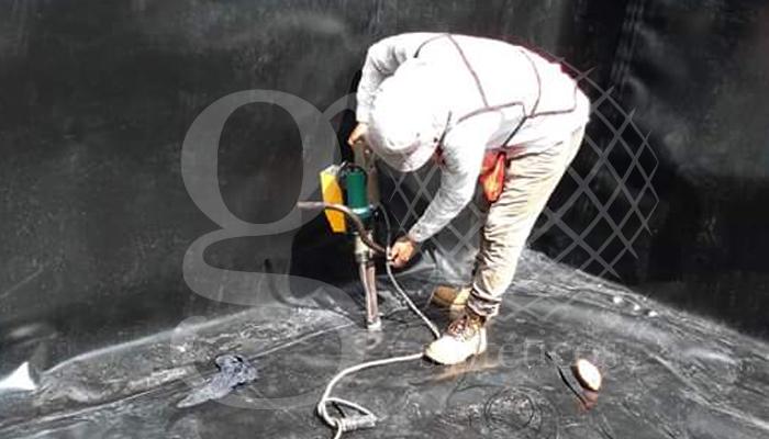 Instalación de #geomembrana de #HDPE 1mm. En un estanque de contención de agua residual. Orizaba, Veracruz.
