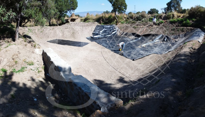 Recubrimiento con #geomembrana de #polietileno de alta densidad en color negro de 1mm. Obra en el municipio de Huamantla, Tlaxcala.