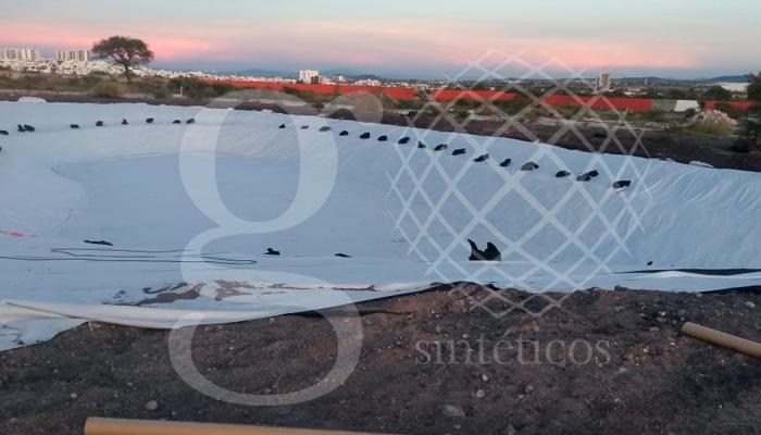 Obra de #LagoArtificial, #Impermeabilización con #Geomembrana de 1.2 mm en color blanco, 1400 m2 en Querétaro.
