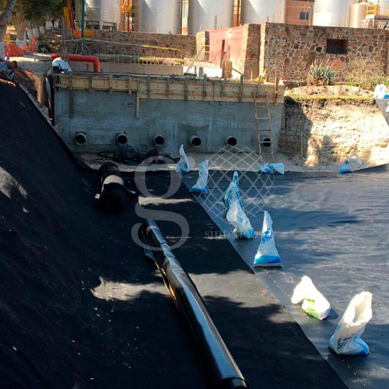 Suministro e instalación de #Geomembrana HDPE 1.0mm de espesor para la obra de un #lago en #Jiquilpan, Michoacán.