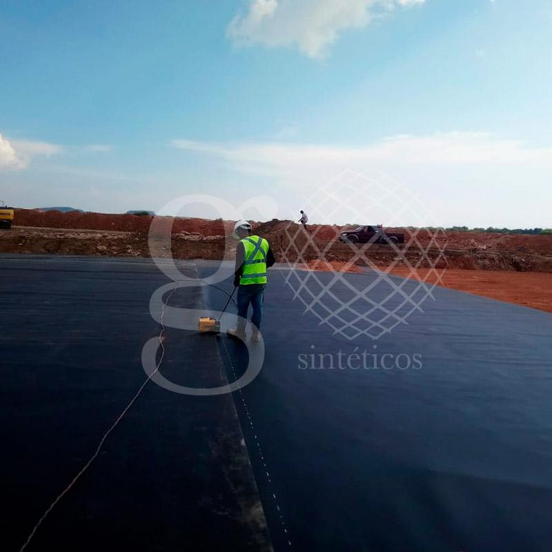 Instalación de 4,725 m2 de #Geomembrana de 1.5 mm.
