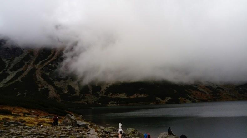 Chmury są bardzo nisko zawieszone nad Czarnym Stawem Gąsienicowym
