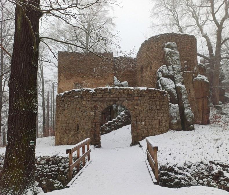 Zamek Bolczów zimą.