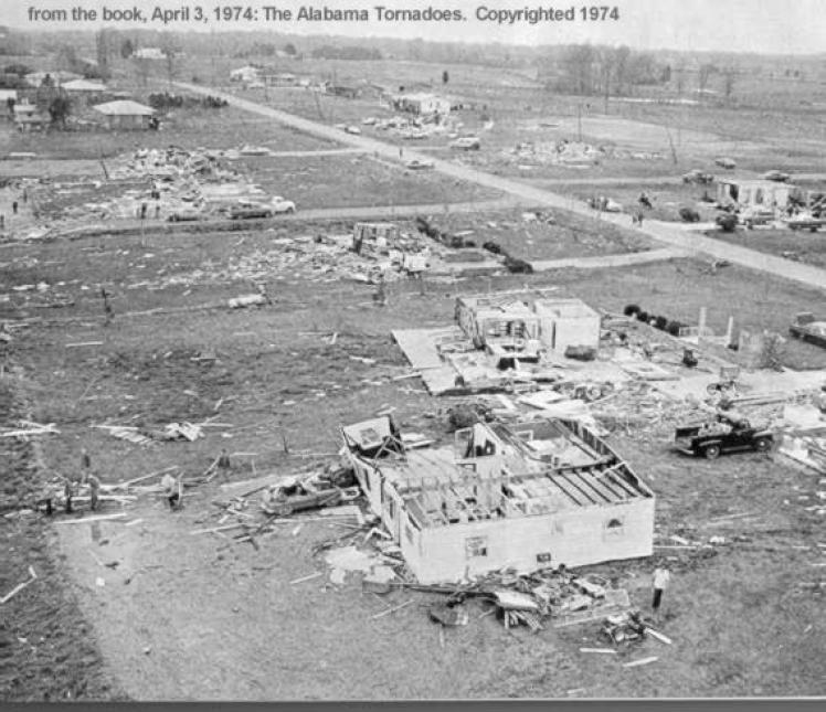 Zniszczenia po jednym z tornad, które przeszło przez Alabamę