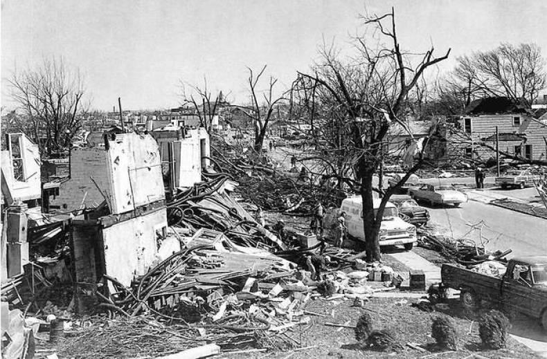 Tornado przechodzące w okolicach Xenii i zniszczenia po jego przejściu