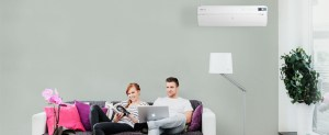 coppia che legge e lavora al computer apple in casa con installazione pompa di calore aria aria IVT Nordic inverter