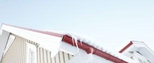tetto con neve e ghiaccio in svezia freddo polare