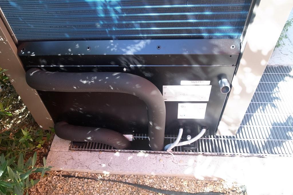 Pompa di calore IVT AirX 90, particolare del retro, attacchi in out riscaldamento e ingressi collegamenti alimentazione elettrica e cavo dati CANbus