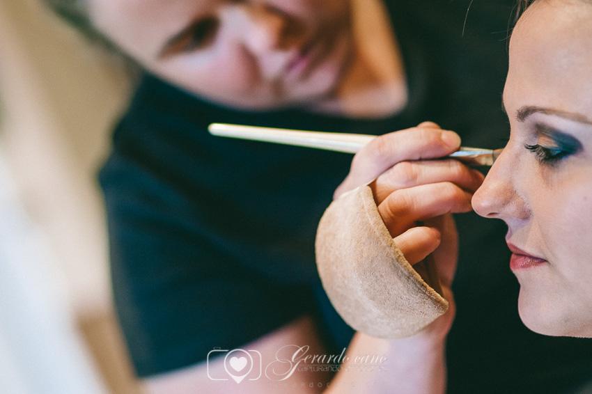 Preparando el maquillaje de la novia en su casa en León