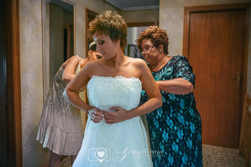 La madre de la novia ayudando a prepararse antes de la boda en León