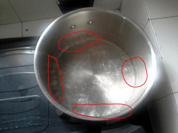 Kochendes Wasser in einem Topf aufgenommen, aus ca. 2 m Entfernung von oben. Nach ca. 3 Sekunden war die Linse beschlagen. Deutlich erkennt man die Blasenbildung die sich im ganzen Topf verteilt bei kochendem Wasser!