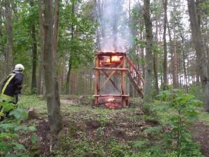 Angezündeter Hochsitz mit enormer Waldbrandgefahr / Foto: http://www.ortsfeuerwehr-perleberg.de/einsatz-046-2013-1.html