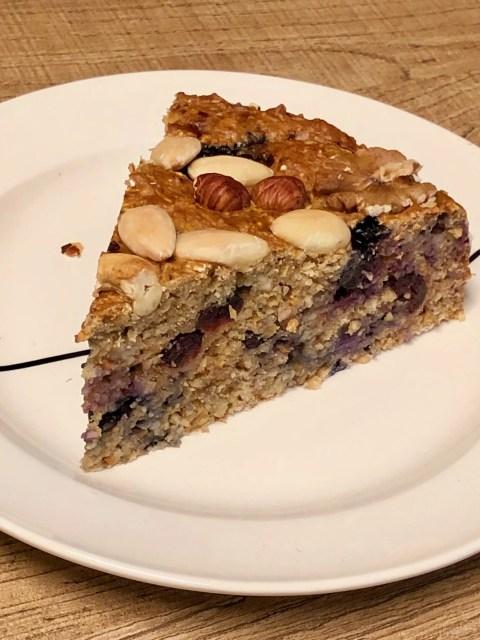 gezonde ontbijtcake met fruit, noten en havermout