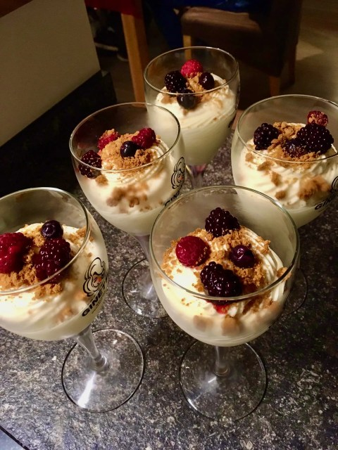 citroenpudding mousse met rood fruit