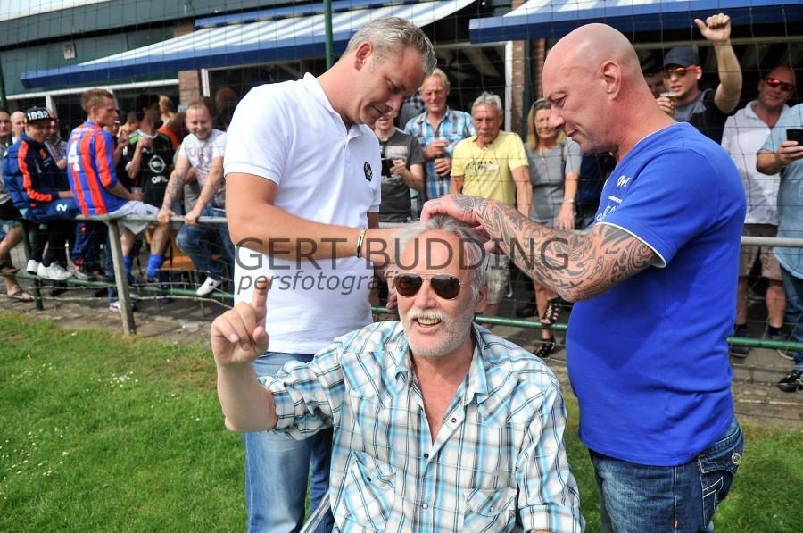 Ex-Feyenoorder Richard Budding verliest weddenschap, kale kop.
