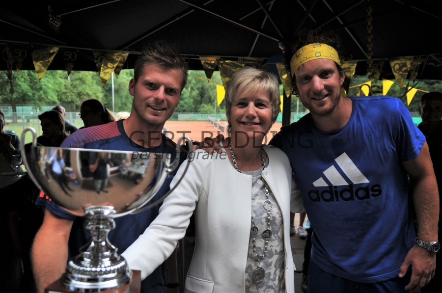 Dubbele felicitaties van brugemeester Agnes Schaap voor tv Duno