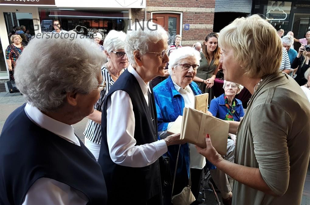 Burgemeester Agnes Schaap overhandigd oorlogsboek 'Vlucht uit Renkum'