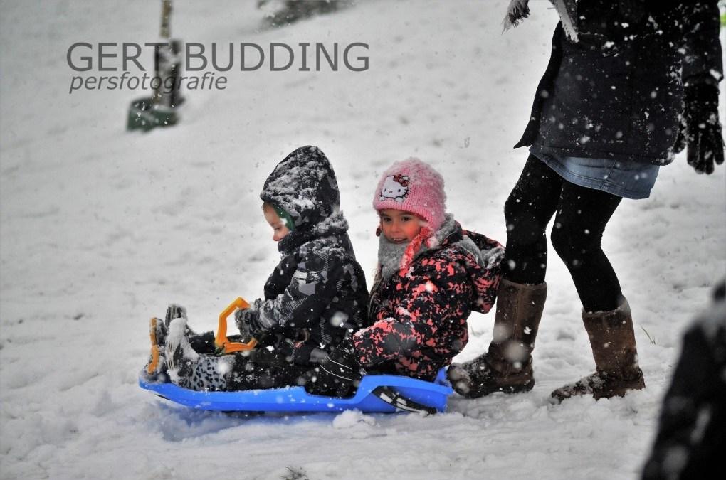 Sneeuwpret voor kinderen in bergingsvijver MFC Doelum