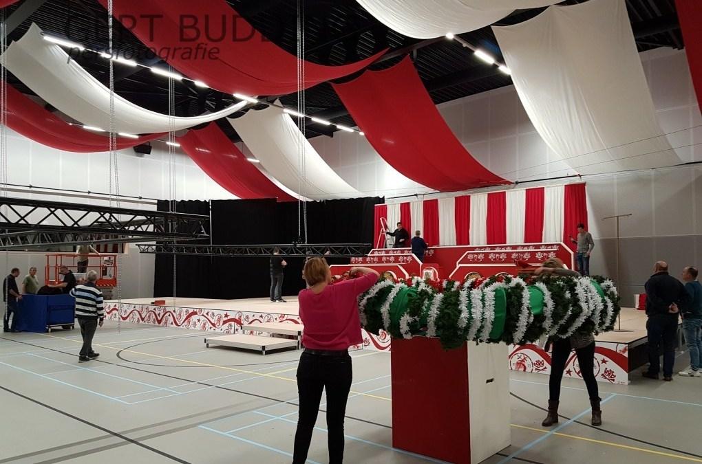 Dolle Instuivers maken van sporthal Doelum carnavalstempel