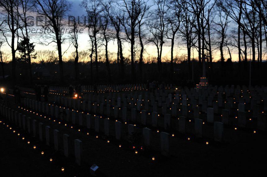 Achttienhonderd kaarsjes op graven Airborne Begraafplaats Oosterbeek