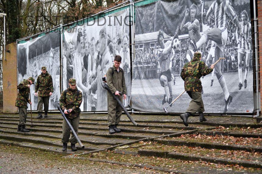 Studenten marechaussee knappen stadiom De Wageningense Berg op in kader NLDoet