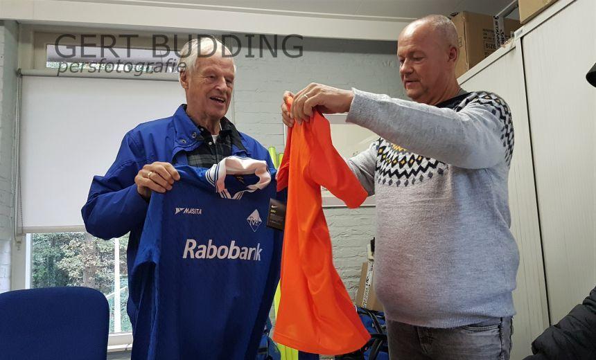 RVW krijgt KNVB jubileum shirt, oud RVW shirt naar Zeist