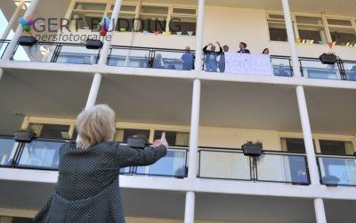 Burgemeester Agnes Schaap feliciteert 100-jarige Adriaan Dekker op balkon