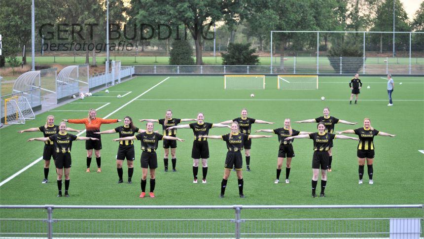 Eerste vrouwenelftal Redichem: fotogeniek en vrijwilligers. Dreamteam