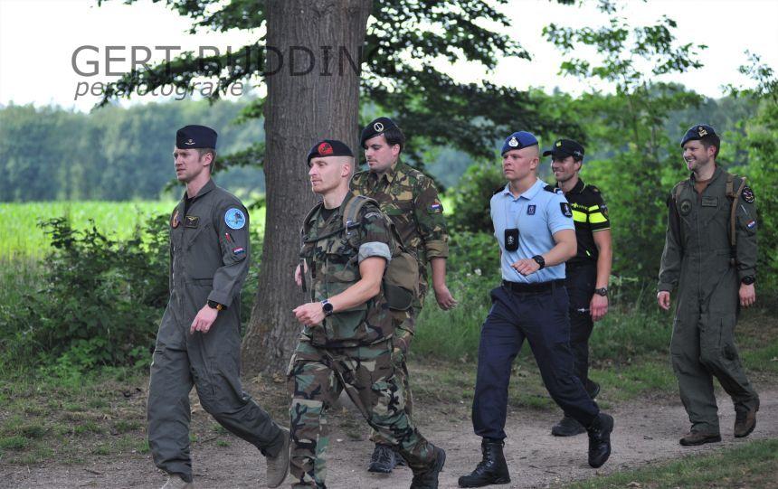 Vijf militairen en een politieagent vragen aandacht 75 jaar Vrijheid en lopen 60 kilometer. Kransen bij Monumenten.