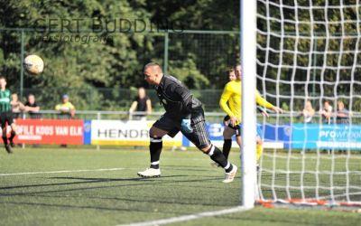 SC Veluwezoom doelman/trainer Jhon van Beukering pakt eerste competitie zege