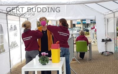 Uniek: Renkumse huisartsen Ter Poorte en Kies geven griepprik in buitenlucht