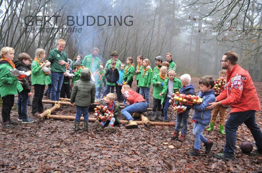 Scouting Groep Emma te Renkum verrast bewoners ONO met kerststukjes
