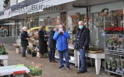Geen verkoop bloemen in de winkel, dan maar buiten Bij Sjuuls Renkum