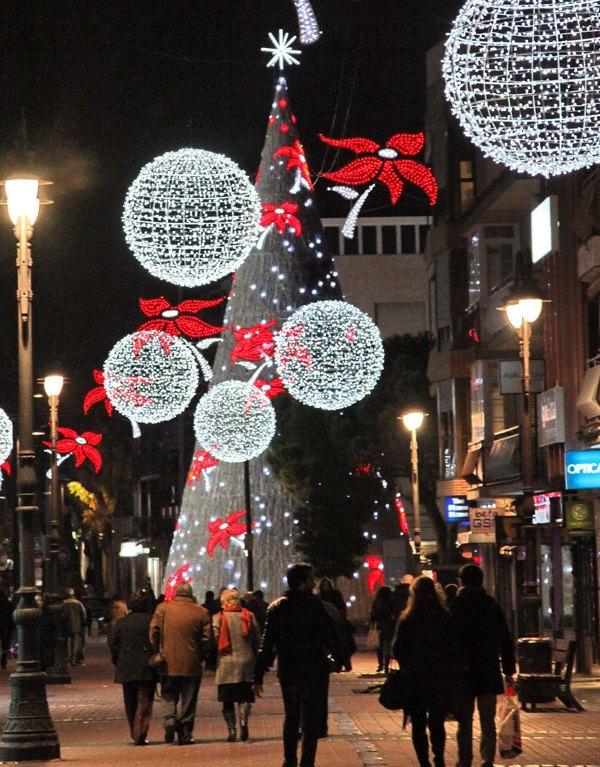 La calle Madrid y la plaza General Palacio con la decoración navideña.